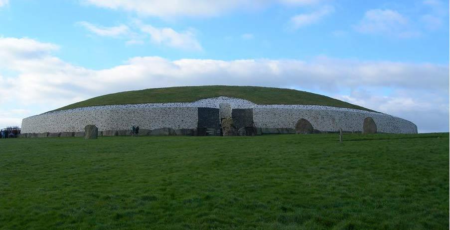 Newgrange, Irlanda (Public Domain)