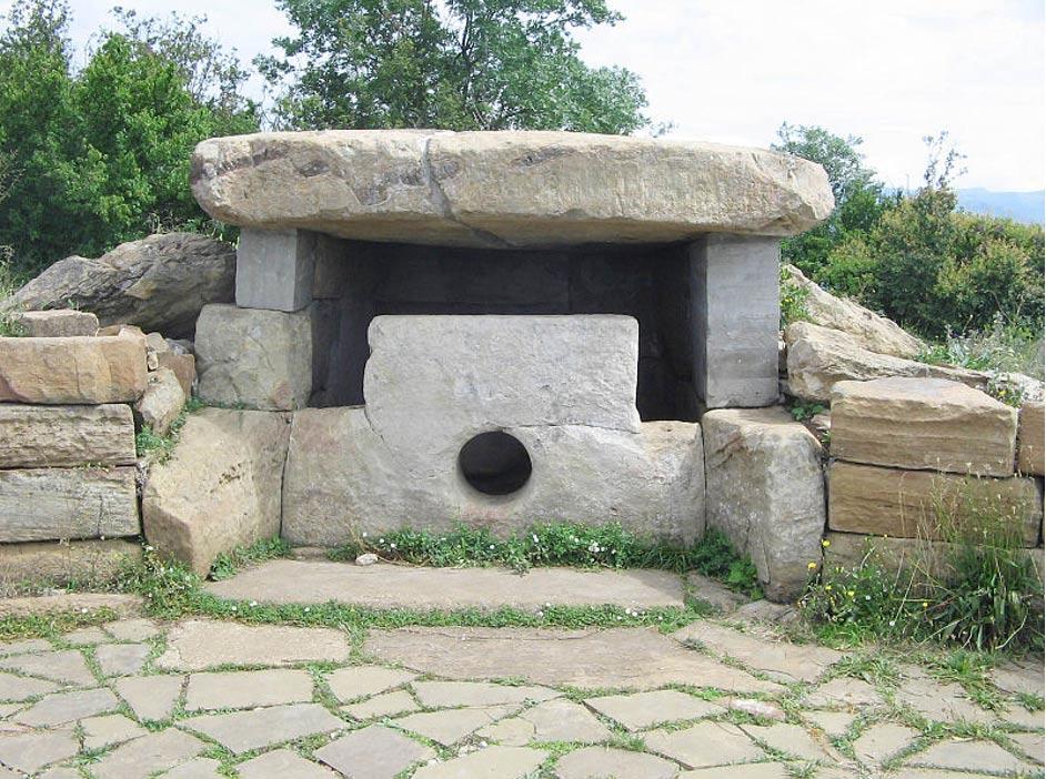 Fig. 8: El dolmen del monte Nexis, cercano a la población de Gelendzhik de la región rusa del Noroeste del Cáucaso. En la fotografía podemos observar el agujero presente en el bloque de piedra de su cara frontal o entrada.