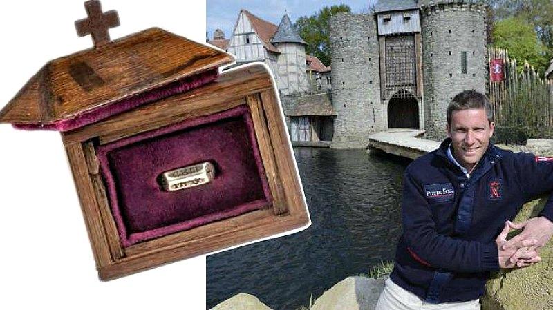 Nicolás de Villiers fue quien se hizo con el precioso anillo en la subasta celebrada recientemente en Londres. La joya, acompañada de su correspondiente relicario, alcanzó un precio de 376.833 euros. (Fotografía: PhotoPQR/« Ouest-France »/Franck Dubray/Timeline Auctions)