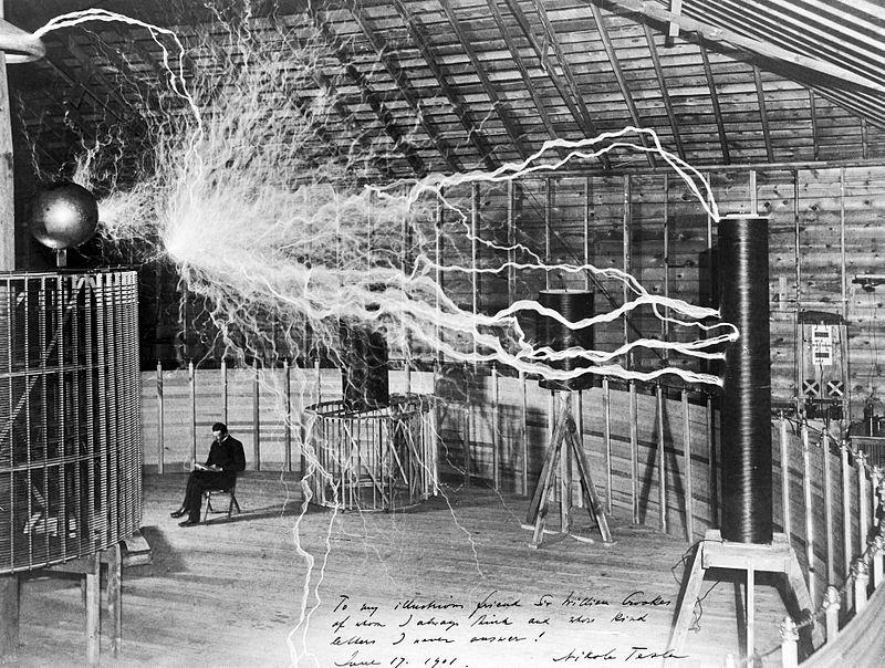 Nikola Tesla trabajando en su laboratorio de Colorado Springs, Estados Unidos, hacia el año 1900. (Dickenson V. Alley/CC BY-SA 4.0)