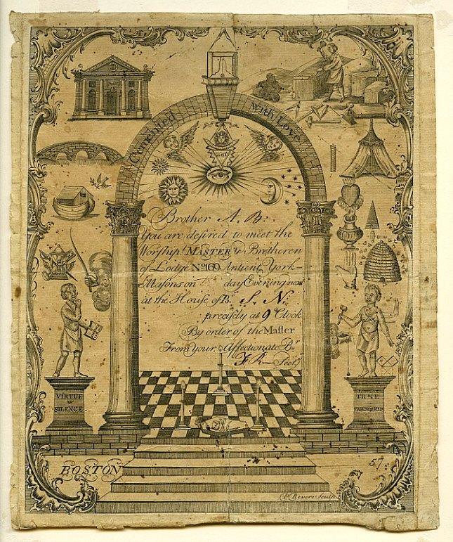 Notificación masónica dirigida al Hermano A. B., profusamente decorada con un grabado en el que se observan entre otros símbolos masónicos un arco, un altar, un pavimento ajedrezado, una escalinata y las dos columnas masónicas. El documento data aproximadamente del año 1770. (Public Domain)