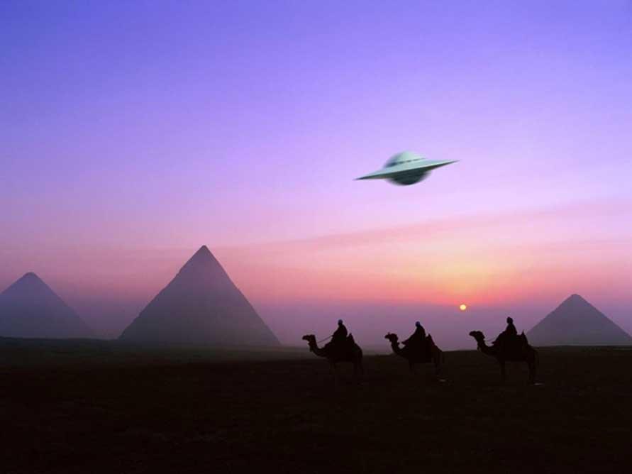Imaginativa representación de un OVNI sobrevolando camellos y pirámides. (Planeta Azul)