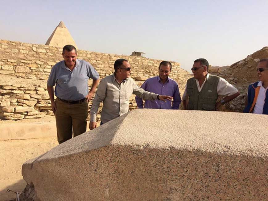 El obelisco recientemente descubierto en Saqqara y dedicado a una reina del Imperio antiguo. Fotografía: Ministerio de Antigüedades de Egipto