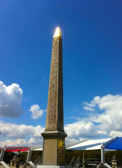Obelisco del templo de Ramsés II en Luxor, ahora en la Plaza de la Concordia de París (CC by SA 3.0). El obelisco regio recientemente descubierto habría tenido un aspecto similar al de éste en su momento de máximo esplendor, con una lámina de oro o cobre cubriendo su cúspide.