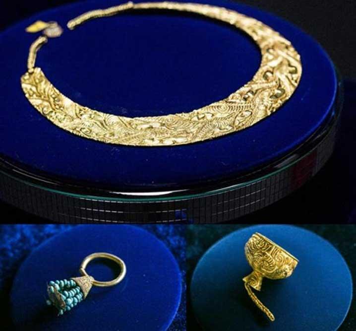 """Pectoral de oro con decoración en el """"estilo animal"""", pendiente de oro con turquesa y copa de oro en miniatura, descubiertos todos ellos en el kurgán Arzhan 2. (Vera Salnitskaya)"""