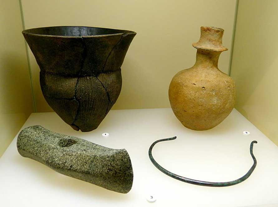 Ejemplo de algunos objetos de la Cultura de vasos de embudo (Edad de Piedra) expuestos en el Museo Arqueológico del Estado de Brandemburgo. (Wolfgang Sauber/CC BY SA 4.0)