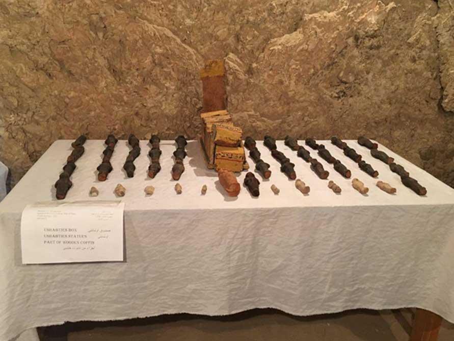 Algunos de los objetos descubiertos en la tumba 'Kampp 150'. Crédito: Ministerio de Antigüedades de Egipto