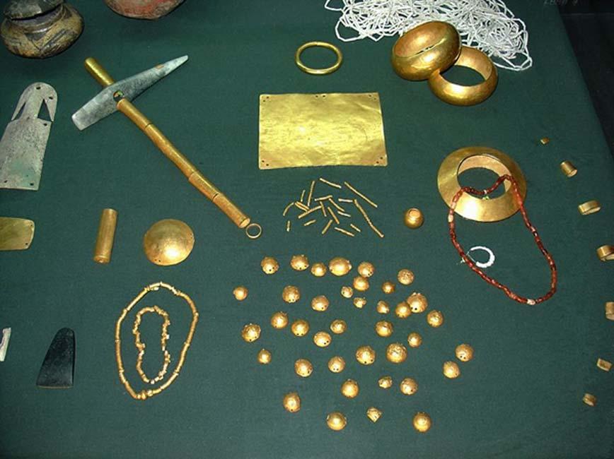 Objetos diversos pertenecientes al tesoro de Varna. (Yelkrokoyade/CC BY SA 3.0)
