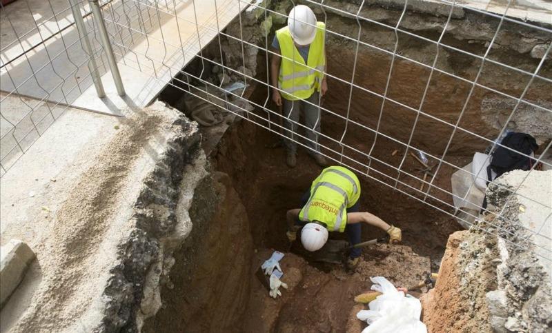 Imagen de las obras que se están llevando a cabo en la calle Clara Zetkin de Barcelona, donde se ha encontrado uno de los esqueletos a casi dos metros de profundidad. (Fotografía: El Periódico/Albert Bertrán)