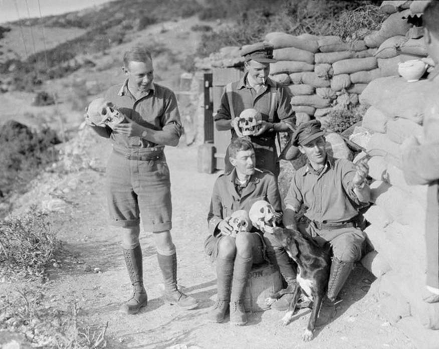 Oficiales del 2º de Infantería Ligera de Shropshire con cráneos desenterrados al cavar trincheras y fortificaciones en el antiguo asentamiento griego de Anfípolis, 1916. (Public Domain)