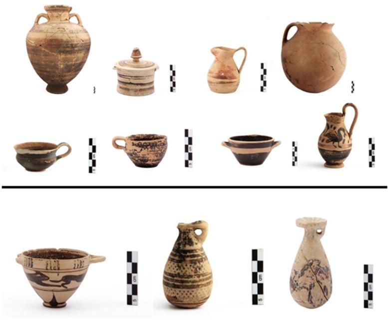 Ofrendas funerarias: Arriba, tinajas, jarras y vasijas de los siglos VII a. C. y VI a. C. Abajo: jarrones y vasija corintios. (Centro Cultural Fundación Stavros Niarchos)