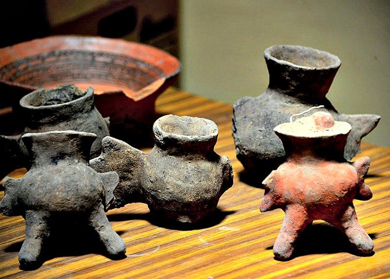 Algunas de las 16 ollas trípodes pintadas en rojo y negro halladas recientemente en los enterramientos prehispánicos. (Fotografía: Mauricio Marat/INAH)