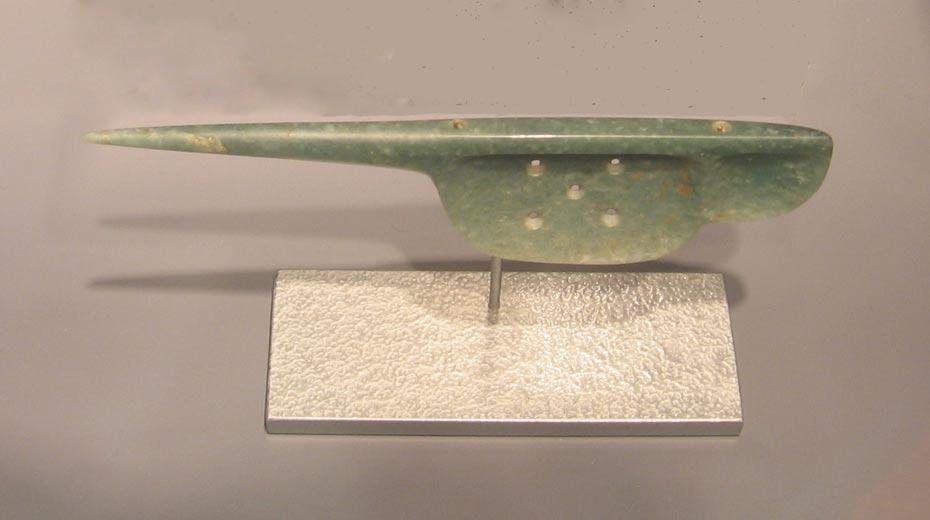 """""""Cuchara"""" de jadeíta de estilo olmeca que probablemente fuera utilizada para practicar perforaciones en rituales de derramamiento de sangre. 1500 a. C. – 300 a. C. (CC BY-SA 3.0)"""
