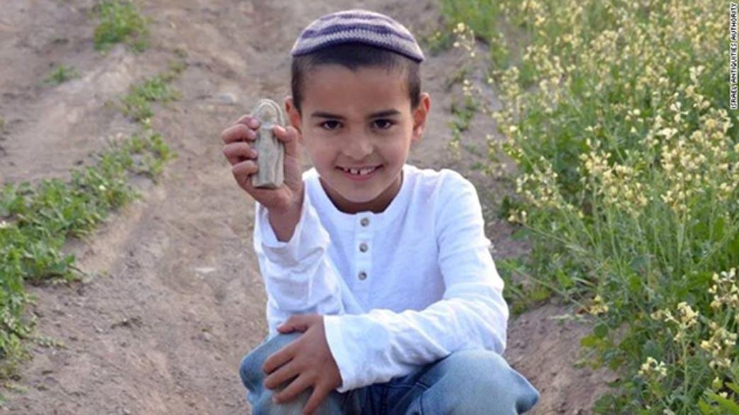 Ori Grinhot mostrando la antigua figurita cananea que descubrió en el Valle de Beit She'an. (CNN)
