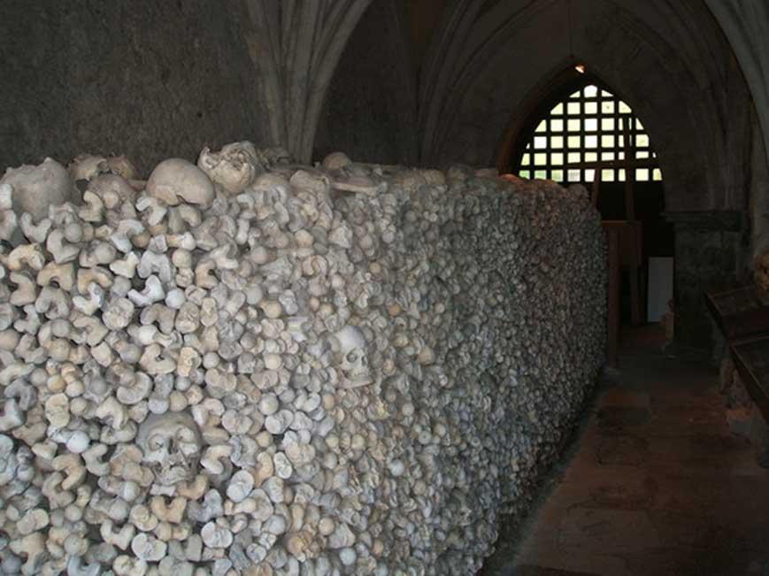 El osario de la cripta de la iglesia de St Leonard es uno de los dos que aún quedan en Inglaterra. (CC BY-SA 2.0)