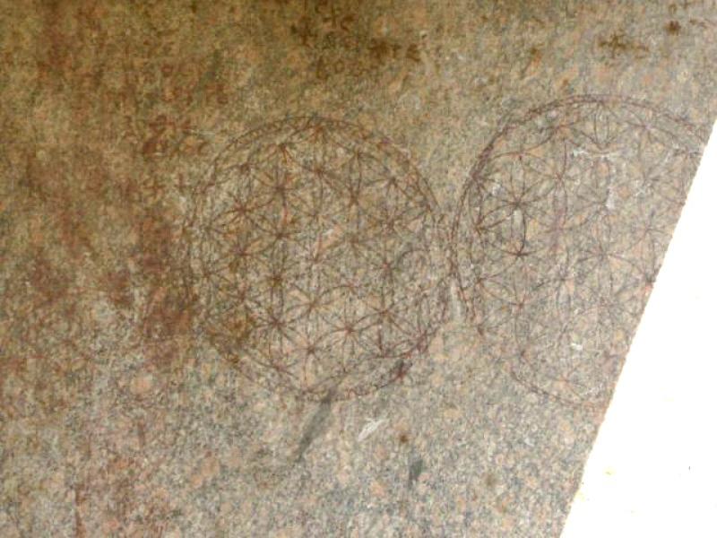 La flor de la vida, misterioso símbolo geométrico grabado sobre los muros del Osirión. (Fotografía: Historia Enigmática)
