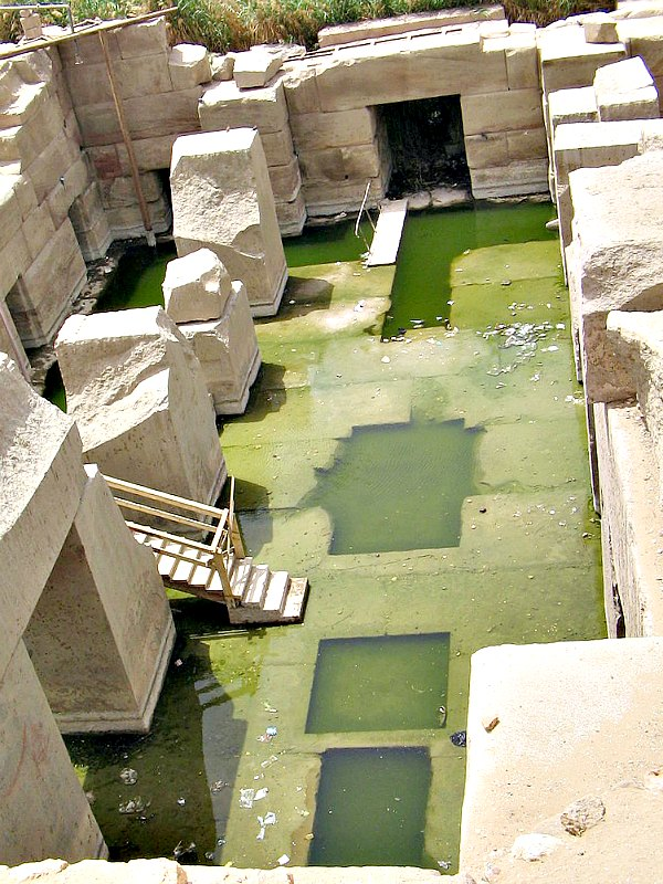 El Osirión en la parte posterior del templo de Seti I en Abidos. La entrada al Osirión, por debajo del actual nivel del terreno, se puede ver en la parte superior de la fotografía. (Steve F-E-Cameron/GNU Free)