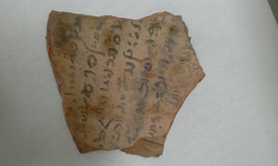 Ostracón hallado en una de las tumbas. (Ministerio de Antigüedades)