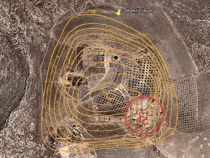 Fig. 13: Imagen de Göbekli Tepe a vista de pájaro en la que podemos observar los cuatro recintos principales (A, B, C y D). Superpuestas aparecen las curvas de nivel en color naranja, indicando la altura y la extensión del montículo que ocupa el yacimiento. (Imagen: Google Earth/Rodney Hale).