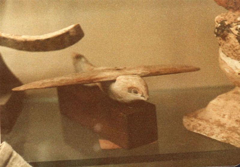 El Pájaro de Saqqara, vista frontal. (Dominio público)