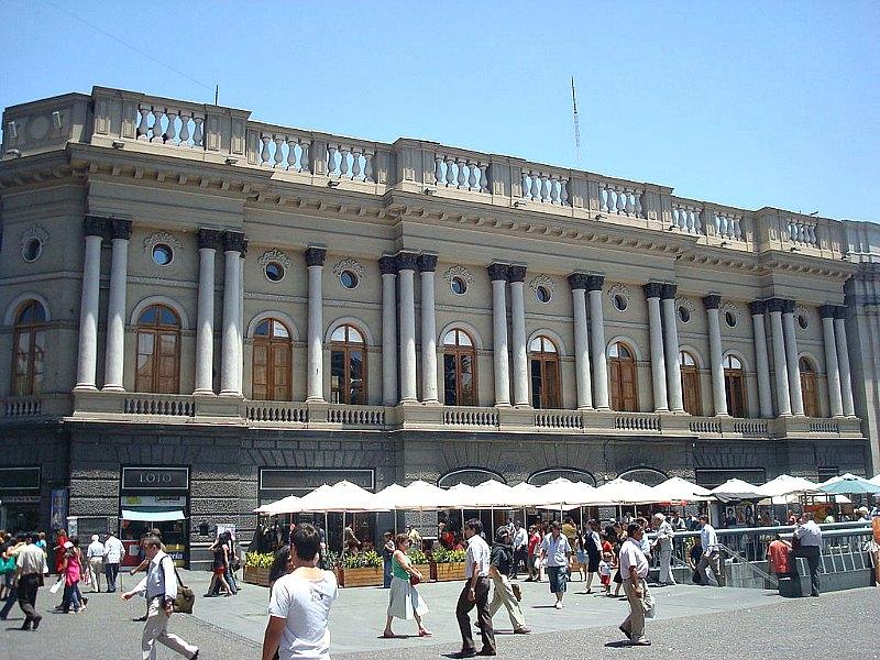 """Fachada del Palacio Arzobispal de Santiago de Chile, situado en uno de los laterales de la Plaza de Armas de Santiago. El """"gato momia"""" fue descubierto por los equipos de la empresa encargada de la restauración del edificio. (Public Domain)"""