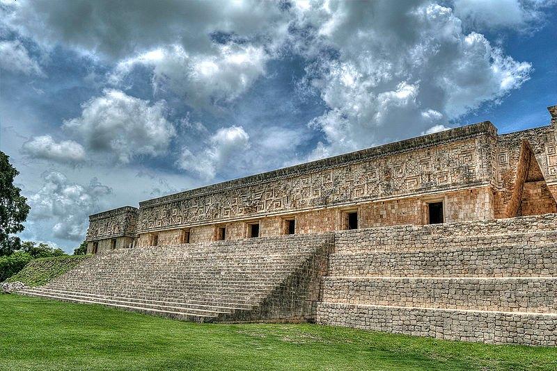 """Vista de la fachada Este del """"Palacio del Gobernador"""" en la Zona Arqueológica de Uxmal, Yucatán, México. (G Concha C/CC BY-SA 4.0)"""