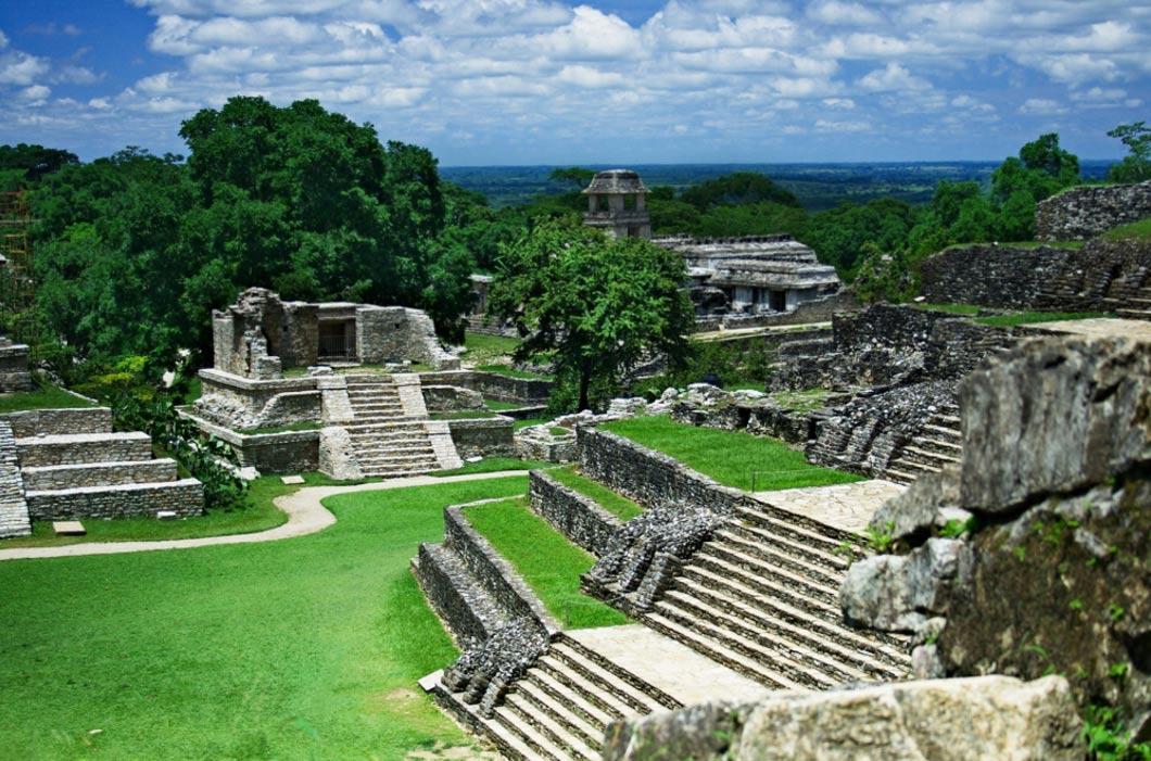 Se produjeron muchos cambios en el entorno por la construcción de las grandes metrópolis mayas, como la ciudad de Palenque, ubicada en la región mexicana de Chiapas, que podemos contemplar en la fotografía. (Wikipedia)