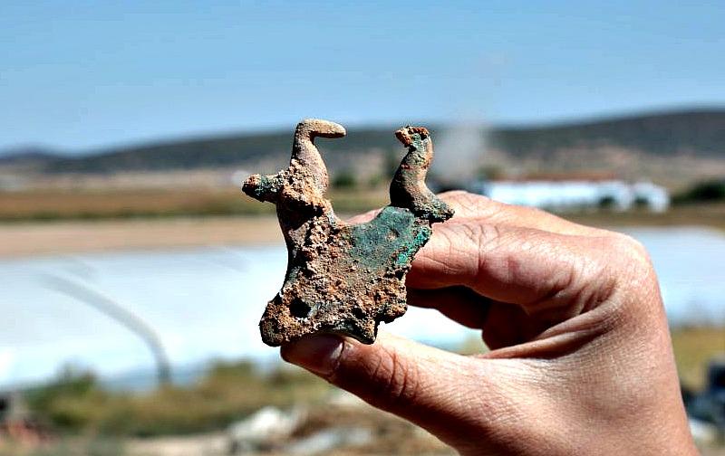 Pieza metálica decorada por dos palomas que flanquean una piel de toro: símbolos divinos típicos de la cultura tartésica. (Fotografía: El País/Carlos Martínez)