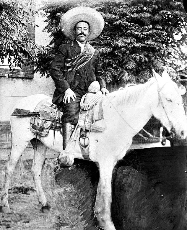 El general mexicano revolucionario Doroteo Arango Arámbula, más conocido como Francisco Villa o Pancho Villa, posa montado a caballo. Imagen propiedad de la Biblioteca del Congreso de los Estados Unidos de América. (Public Domain).