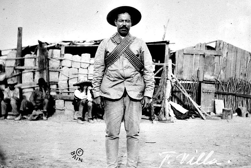 Pancho Villa ataviado con bandoleras ante un campamento de insurgentes revolucionarios. George Grantham Bain Collection (Public Domain)