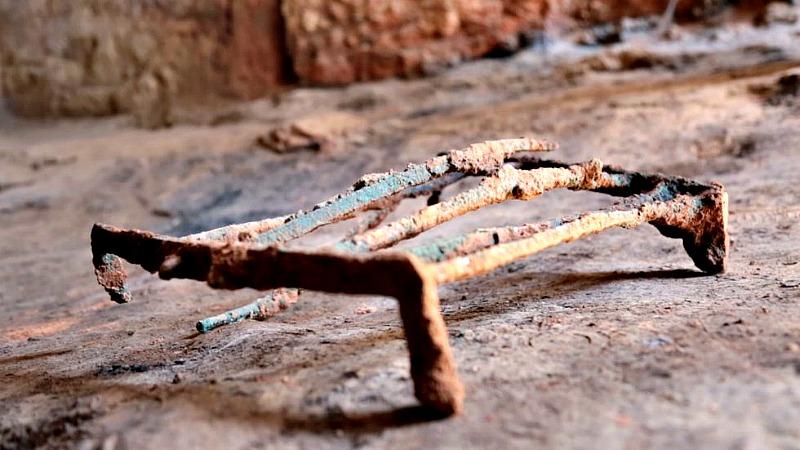 La insólita parrilla de bronce que ha aparecido en una de las habitaciones de la colosal construcción descubierta en el yacimiento del Turuñuelo (Badajoz). (Fotografía: El País/Carlos Martínez)
