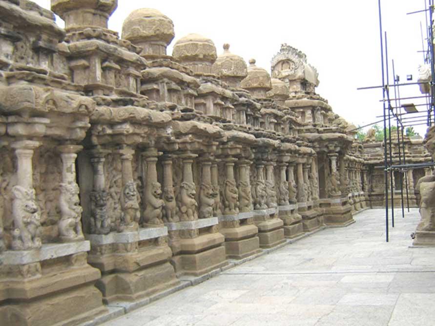 Patio interior o paseo circundante del Templo de Kailasanathar con sus 58 santuarios menores. (Public Domain)