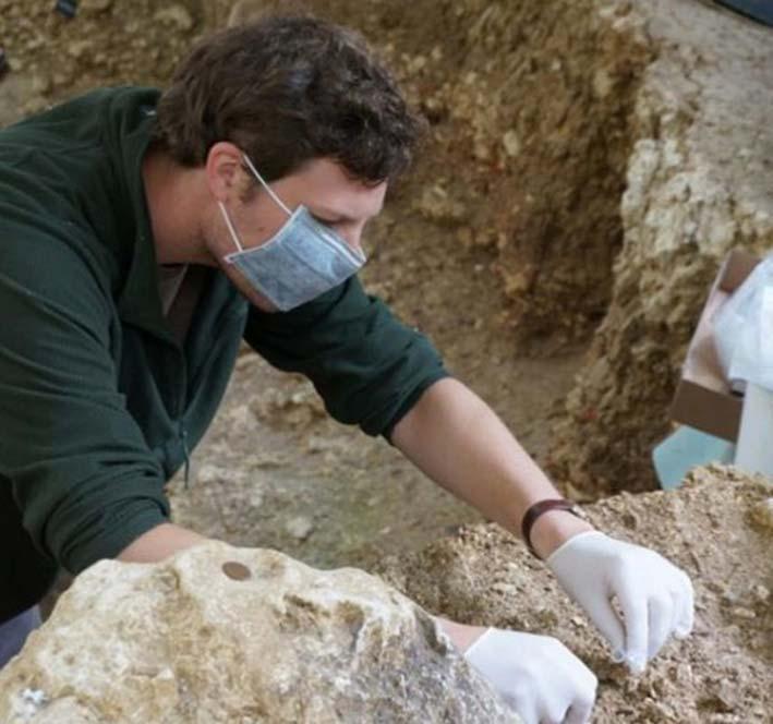 Paul Kozowyk, estudiante de doctorado bajo la supervisión de Marie Soressi, recogiendo sedimentos para su análisis genético en el yacimiento arqueológico de Les Cottés, Francia. Fotografía: Marie Soressi.