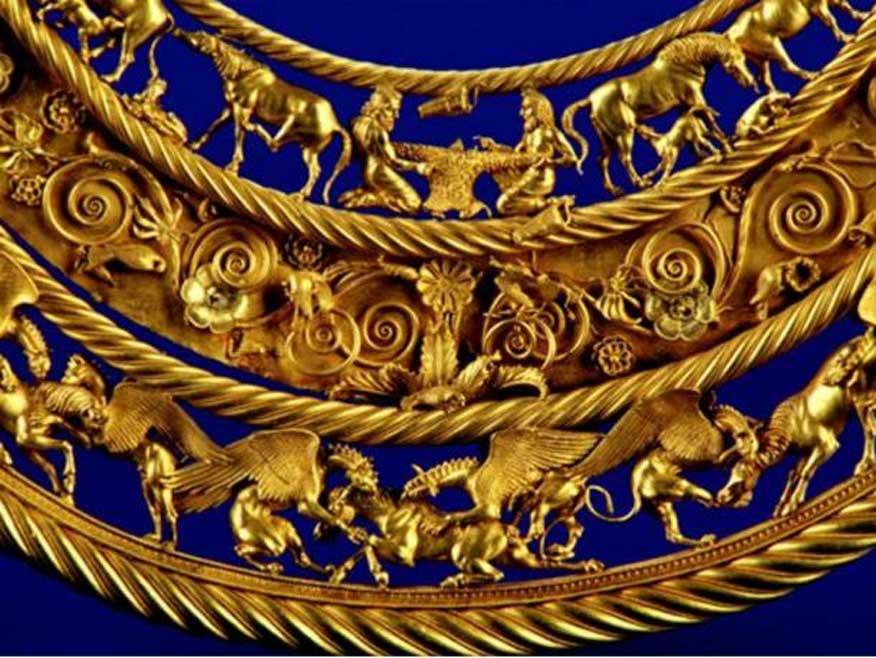Pectoral o colgante de oro escita hallado en un kurgán real de Tolstaya Mogila, Ordzhonikidze, Ucrania, y datado en la segunda mitad del siglo IV a. C. El nivel inferior central muestra tres caballos, siendo despedazados cada uno de ellos por dos grifos. Imagen meramente representativa. (Copyleft)