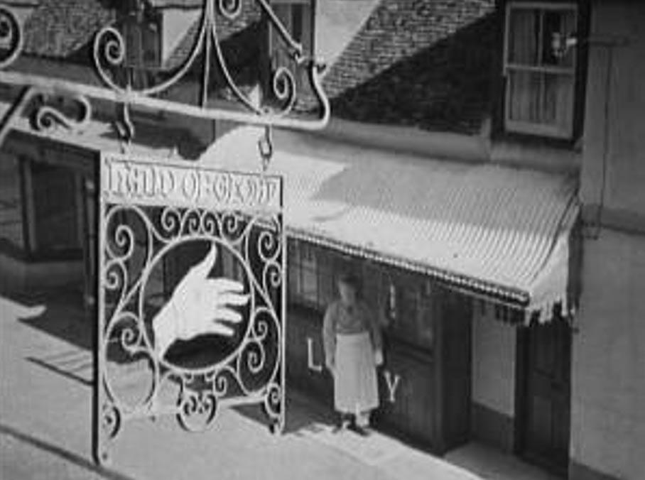 """La Posada de la Mano de Gloria en la película de 1944 'A Canterbury Tale', (""""Un Cuento de Canterbury."""") (Power and Pressburger)"""