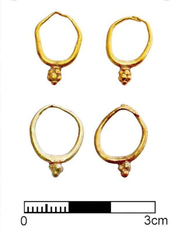 Dos pares de pendientes de oro hallados por los arqueólogos durante las excavaciones de este año. (Fotografía: Peter Fischer/Universidad de Gotemburgo)