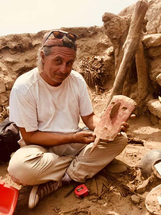 Peter Eeckhout muestra una máscara funeraria hallada en el yacimiento peruano de Pachacámac. (Imagen: ©ULB P. Eeckhout)