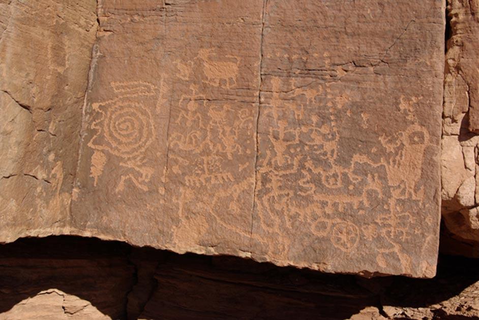 Algunos de los petroglifos de Wupatki plasmados sobre un bloque de roca arenisca. (CC BY NC 2.0).