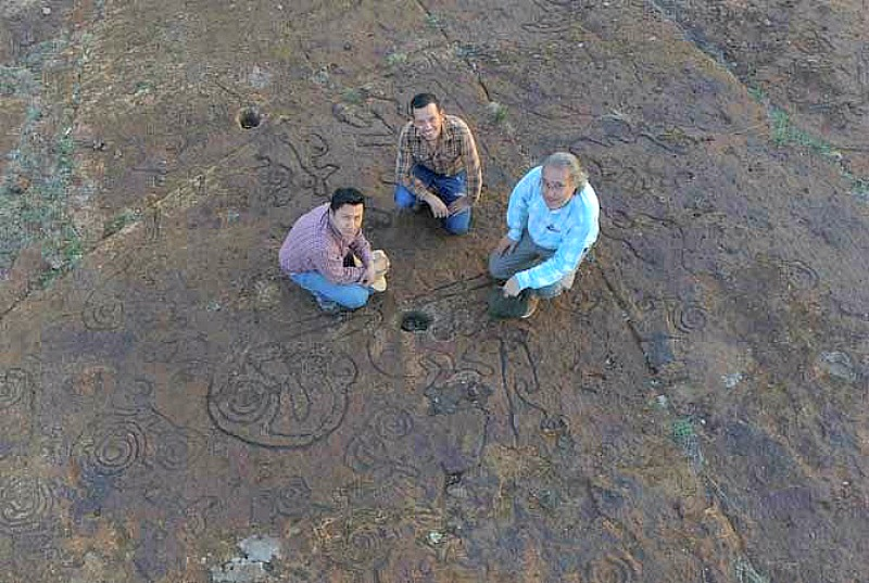 Los expertos posando con algunos de los petroglifos que han descubierto a lo largo de las tres campañas que han llevado a cabo hasta el momento. (Fotografía: El Debate)