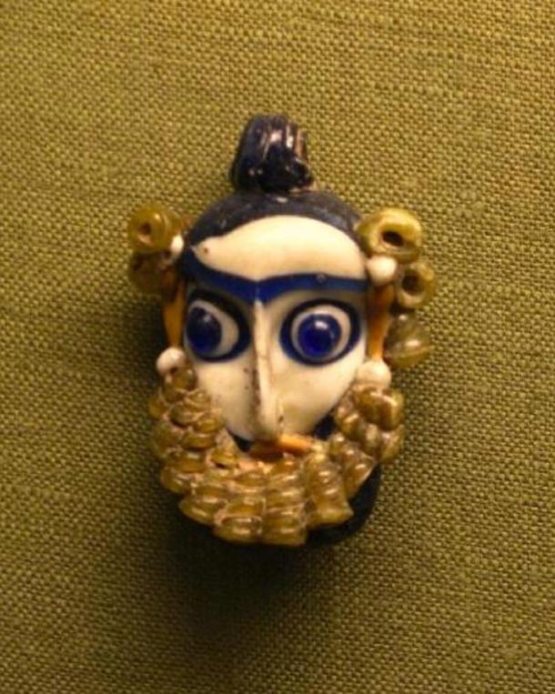 Colgante fenicio con la forma de una cabeza con barba (siglos IV a. C. – III a. C.)) (Wikimedia Commons)