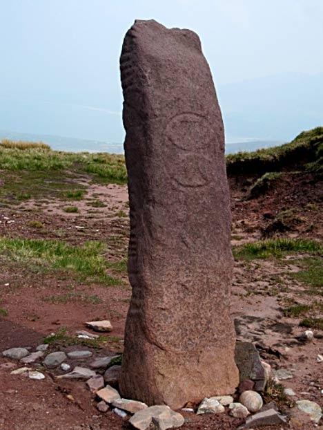 Piedra Ogham a la que se ha añadido una cruz. (Kevin Higgins/CC BY SA 2.0)