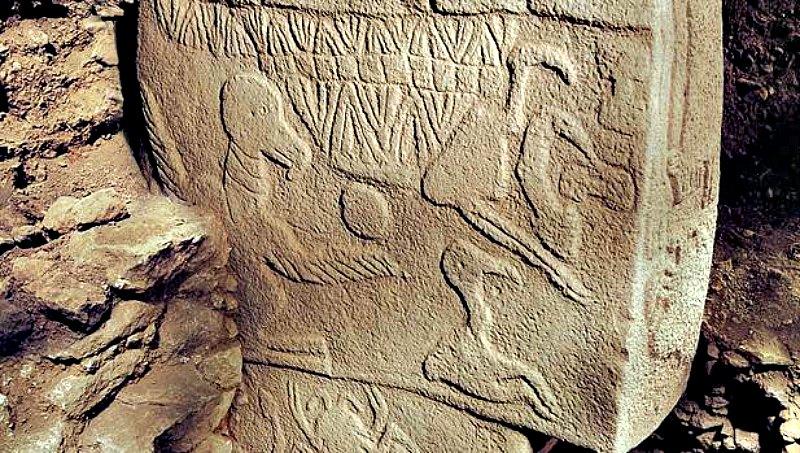 """Parte de la decoración de uno de los llamativos pilares de Göbekli Tepe, conocido como """"la Piedra del Buitre"""". (Fotografía: Código Oculto)."""