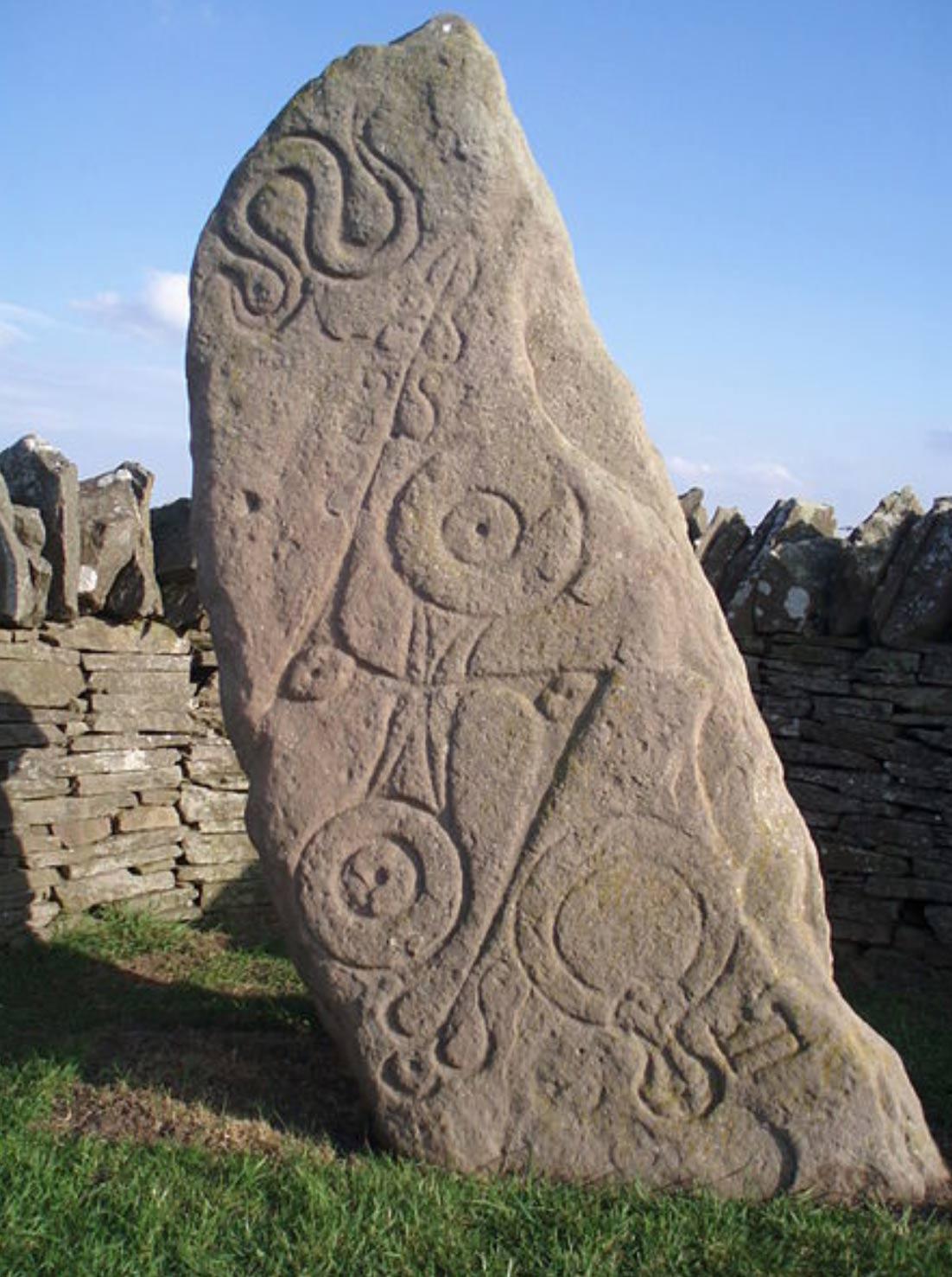 """Piedra de símbolos picta. Se trata de una piedra picta de Clase I conocida como 'Serpent Stone' (""""Piedra de la Serpiente""""), Aberlemno, Escocia. (CC BY-SA 3.0)"""