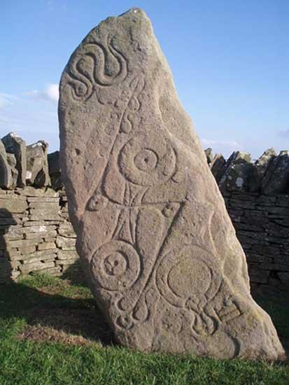Piedra de la serpiente, monumento picto con símbolos grabados sobre su superficie. Aberlemno, Escocia (CC BY-SA 3.0)