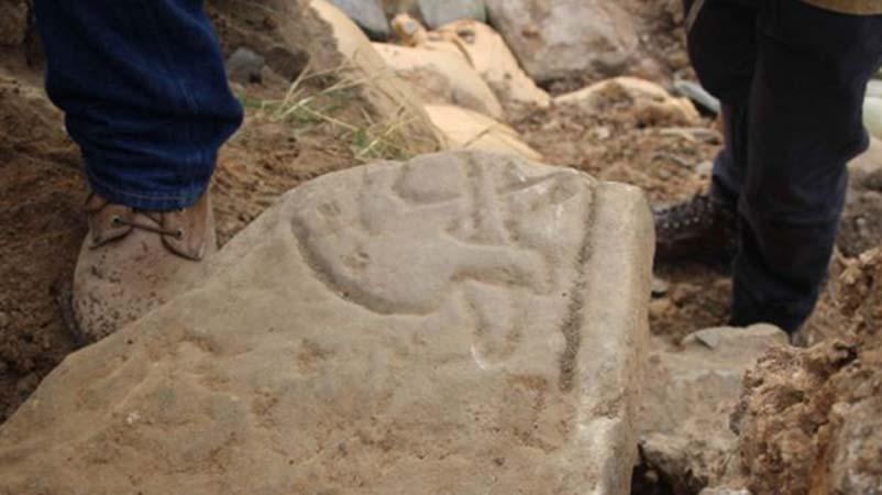 Detalle de la piedra picta recientemente descubierta en las islas Orcadas con el grabado de un dragón. (UHI Archaeology Institute)
