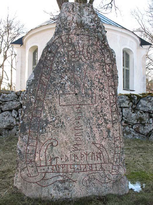 La piedra rúnica Stenkvista ubicada en Södermanland, Suecia, muestra el martillo de Thor en lugar de una cruz. (Berig/CC BY SA 4.0)