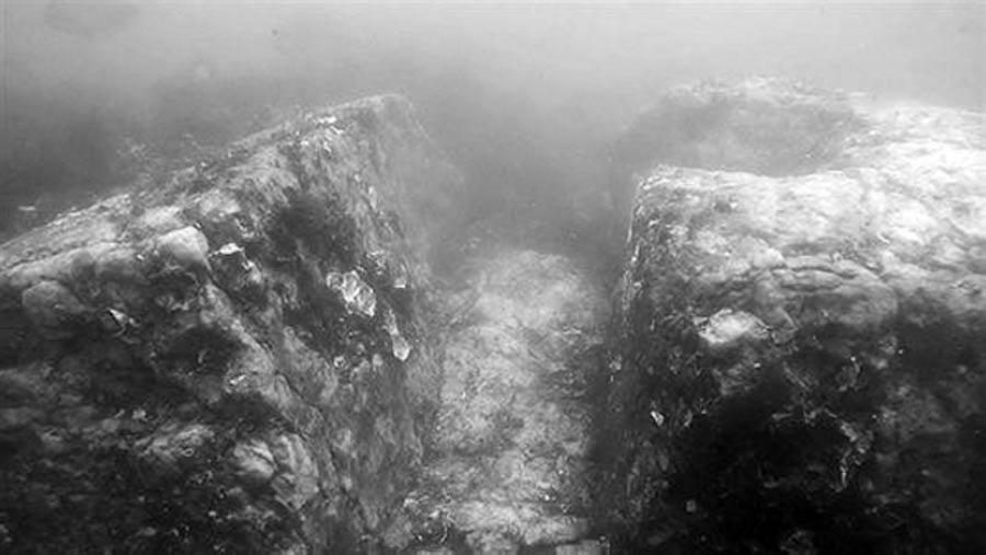 Piedras del pavimento del palacio halladas sobre el lecho marino. (10333.com)
