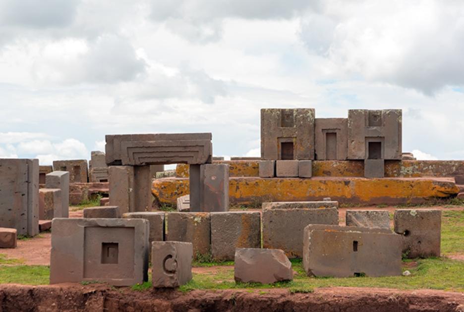 Piedras megalíticas talladas del antiguo y misterioso complejo de Puma Punku, Tiwanaku, Bolivia. (dmitriy-rnd/Adobe Stock)