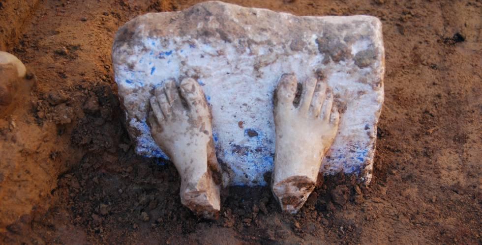Pies de una escultura de mármol originaria del mar Egeo hallada en un yacimiento tartésico. Imagen: Proyecto Construyendo Tarteso