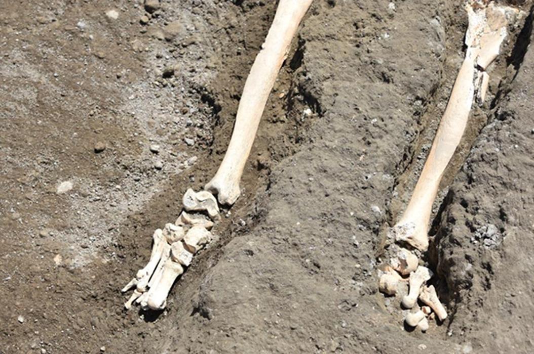 Parece que el pie izquierdo de la víctima sufrió algún daño antes de la muerte del individuo. (Pompeya - Parco Archeologico)